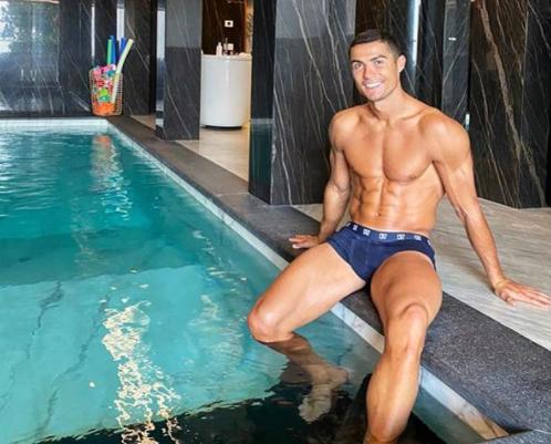 На снимке футболист позирует в самых плавках / фото instagram.com/cristiano