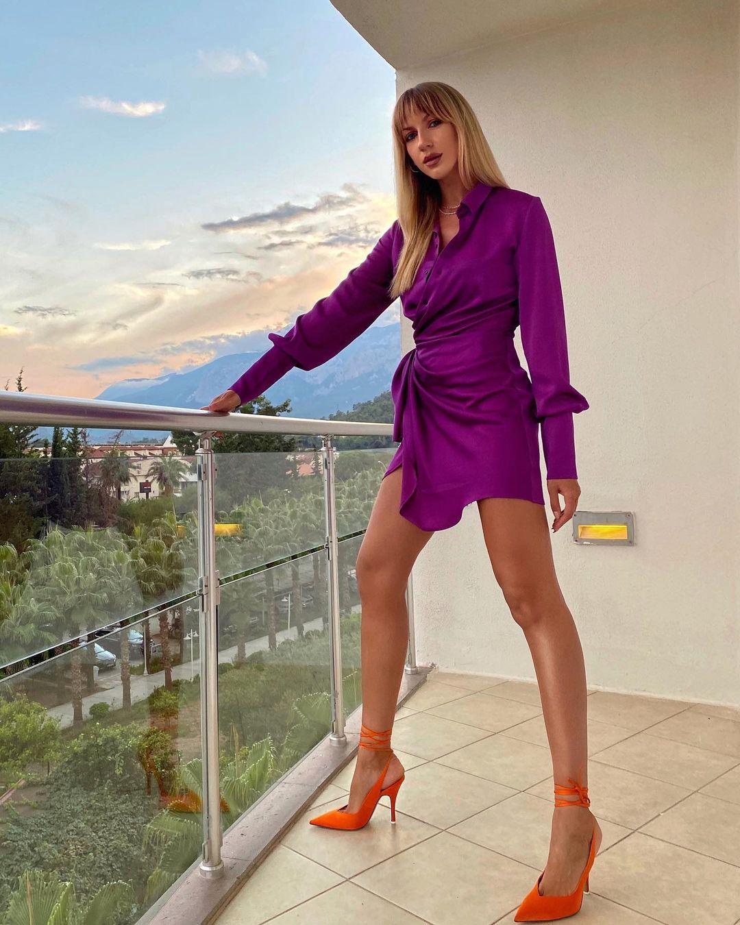 Леся Нікітюк позувала на балконі в міні-сукні / фото instagram.com/lesia_nikituk