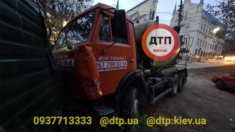 В конечном итоге бетономешалку остановил забор/ фотоdtp.kiev.ua