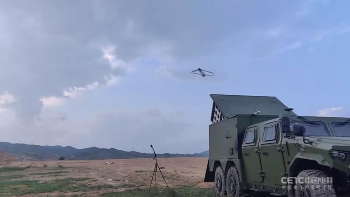 На опублікованому відео випробувань дрони запускає китайський легкий тактичний автомобіль / скріншот