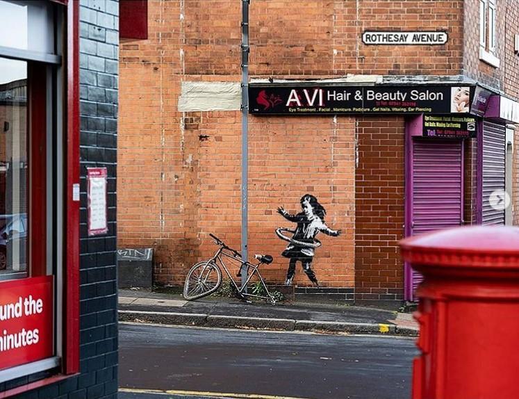 Поруч зі стіною стоїть справжній велосипед без заднього колеса / фото Бенксі/Instagram