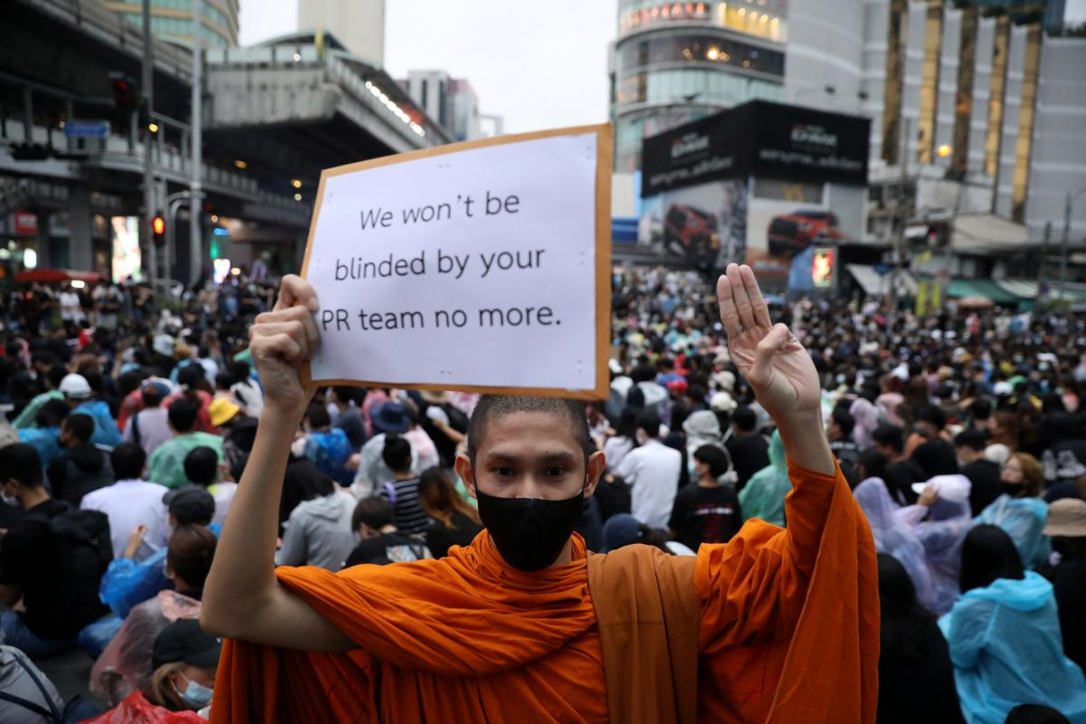 Протестантывышли на улицы Бангкока, несмотря на запрет собираться группами / REUTERS