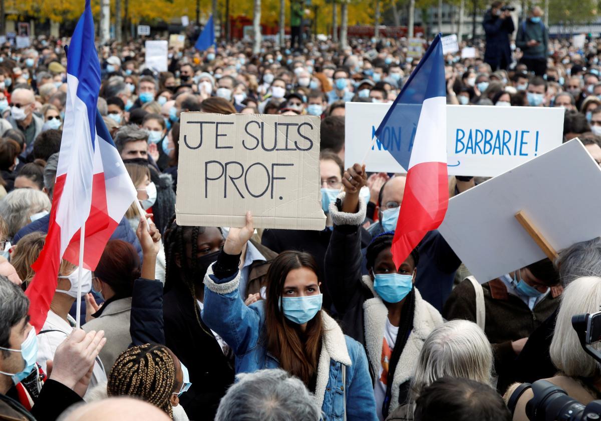 В Париже тысячи людей приняли участие в акции памяти зверски убитого учителя / REUTERS