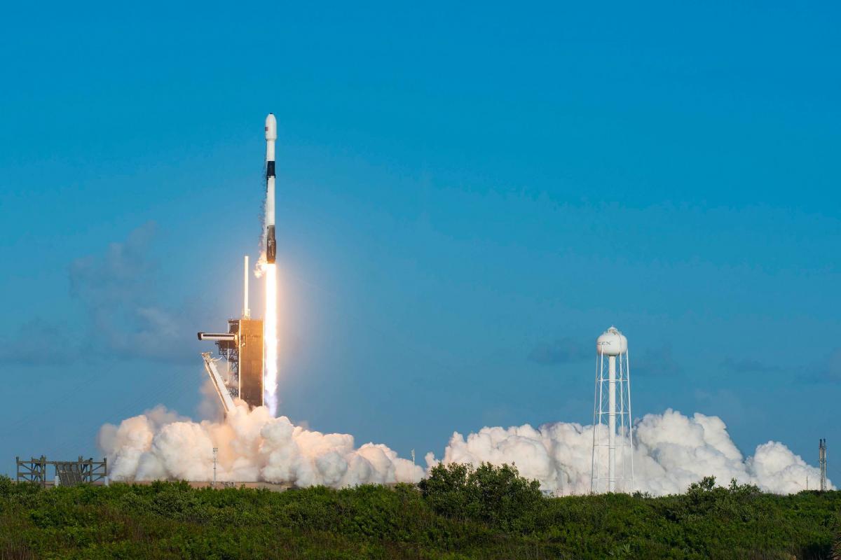 Ракета-носитель Falcon 9, которая вывела на орбиту 60 мини-спутников Starlink / фото SpaceX