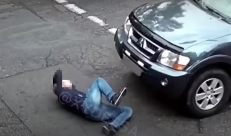 Одесит кинувся під колеса автомобіля / скріншот з відео