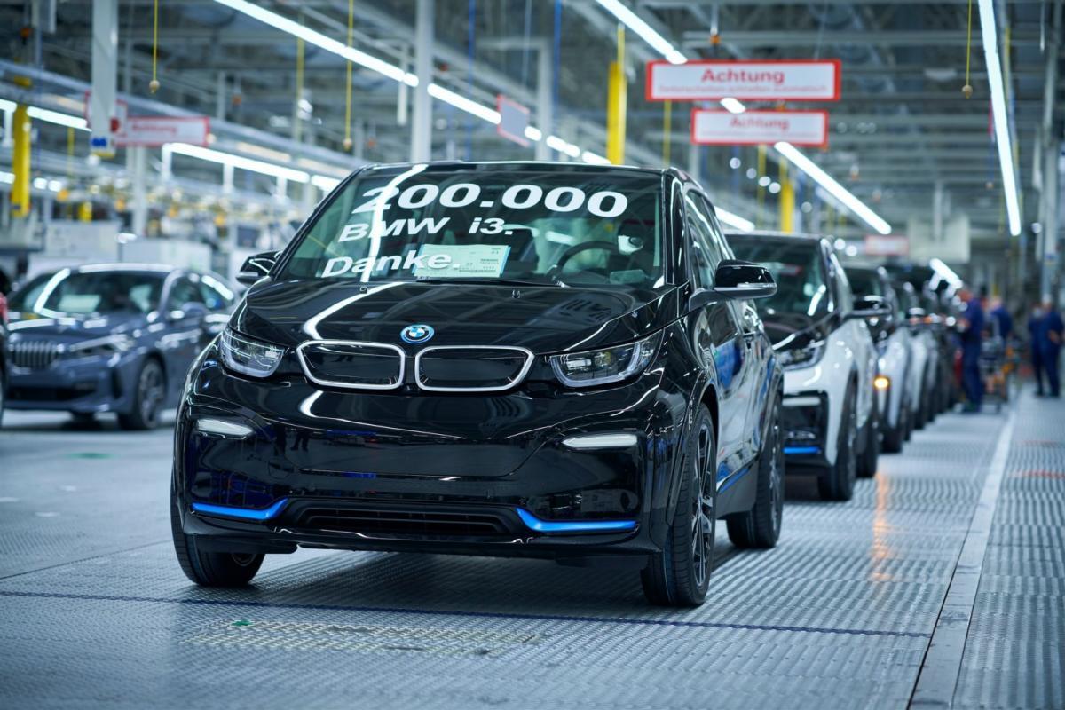 Юбилейный 200-тысячный экземпляр BMW i3 собрали на фабрике в Лейпциге / фото BMW