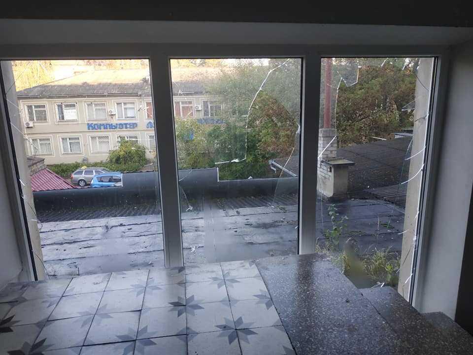 В результаті вибуху пошкоджені вікна готелю / фото газети «Древлянська громада»