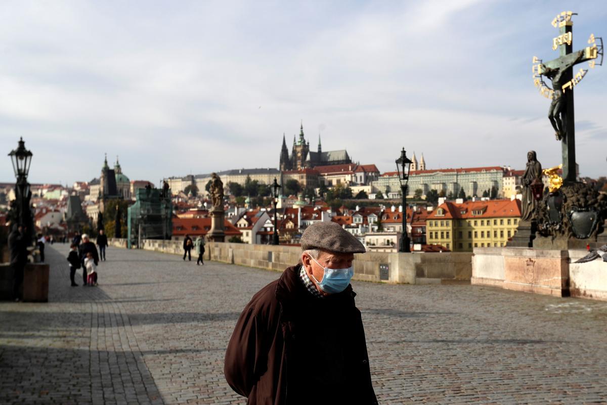 Ранее в Чехии обязали носить маски на открытой территории и в автомобилях/ фото REUTERS