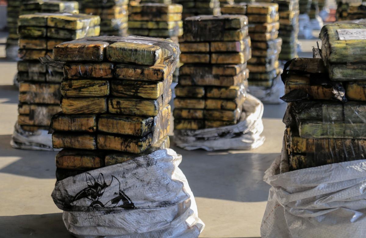 Кокаїн знаходився в мішках з деревним вугіллям / фото REUTERS