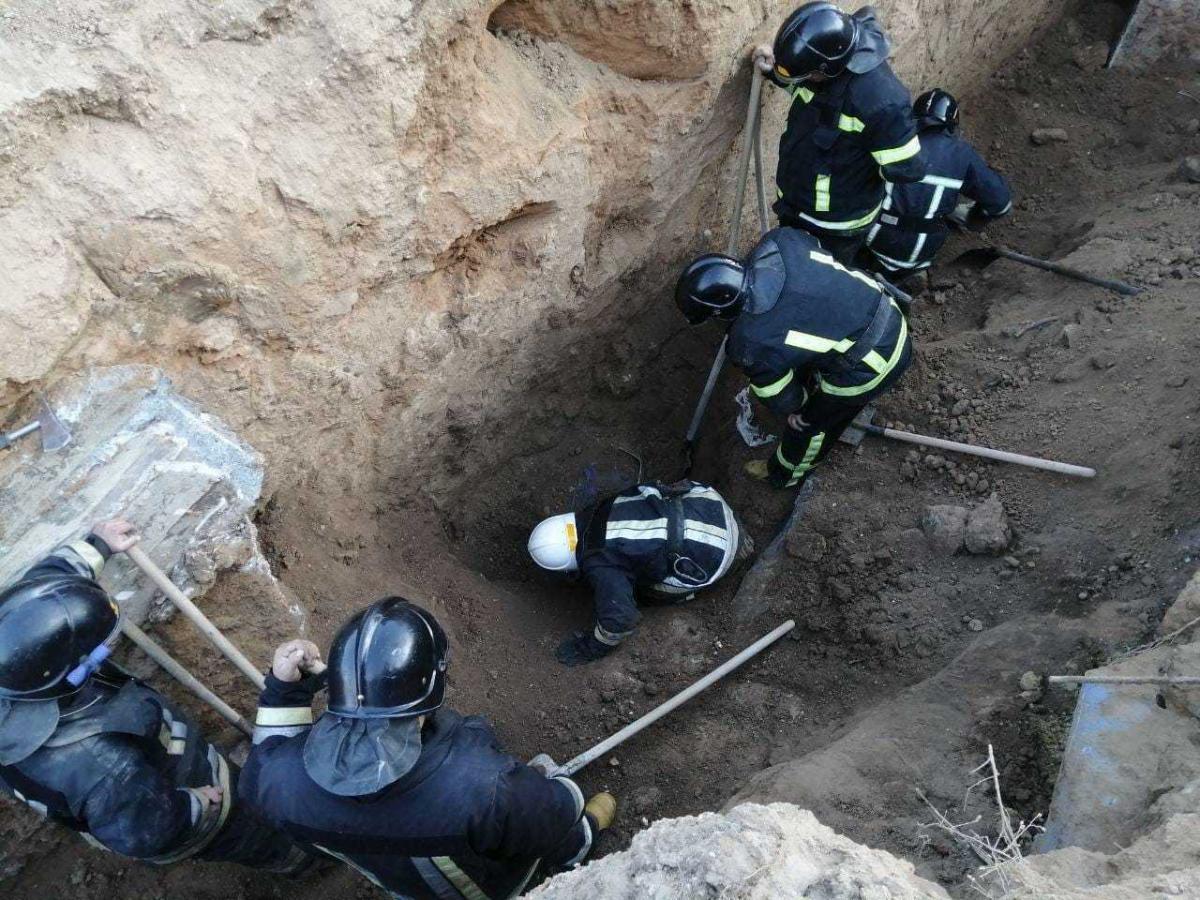 Двое мужчин погибли в результате обвала котлована и строительных конструкций / фото ГСЧС