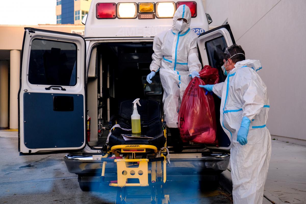 Две семьи умерших от COVID-19 врачей получили страховые выплаты / фото REUTERS