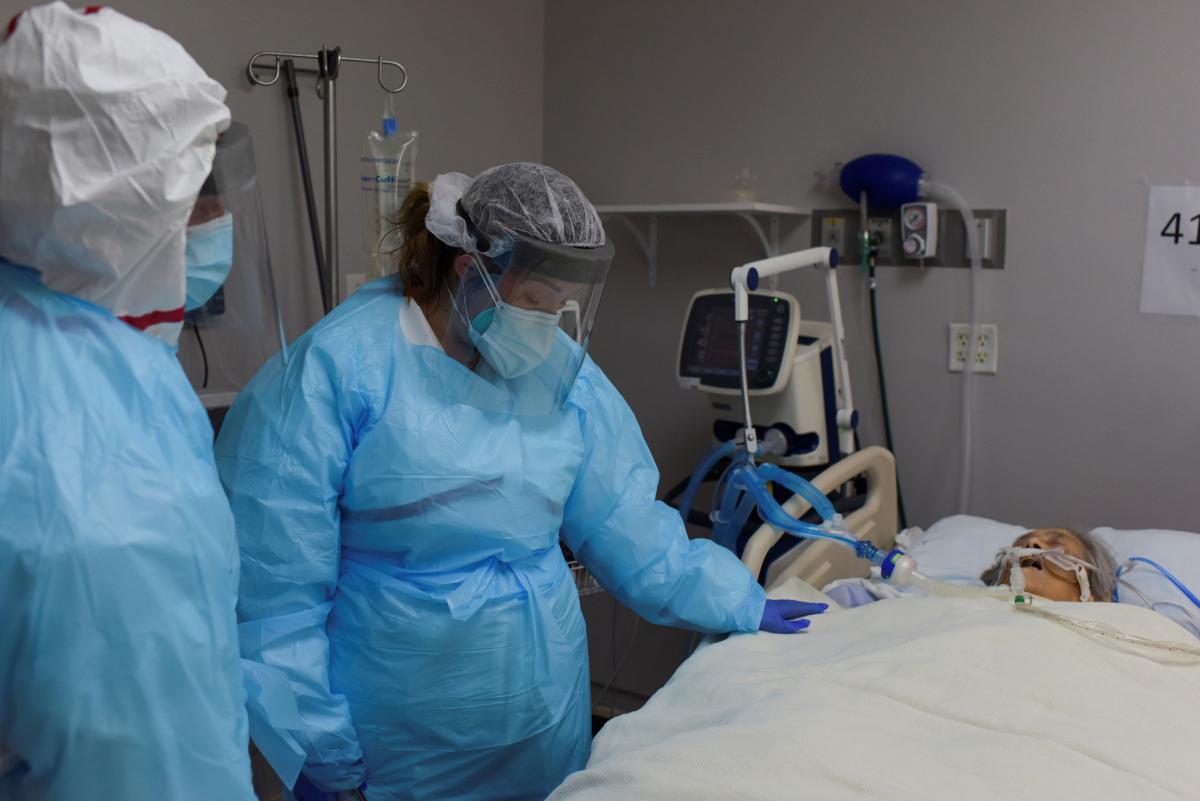 У разі стрімкого зростання кількостіхворих на коронавірус, лікарі будуть змушені обирати, кому першочергово надавати допомогу / фото REUTERS