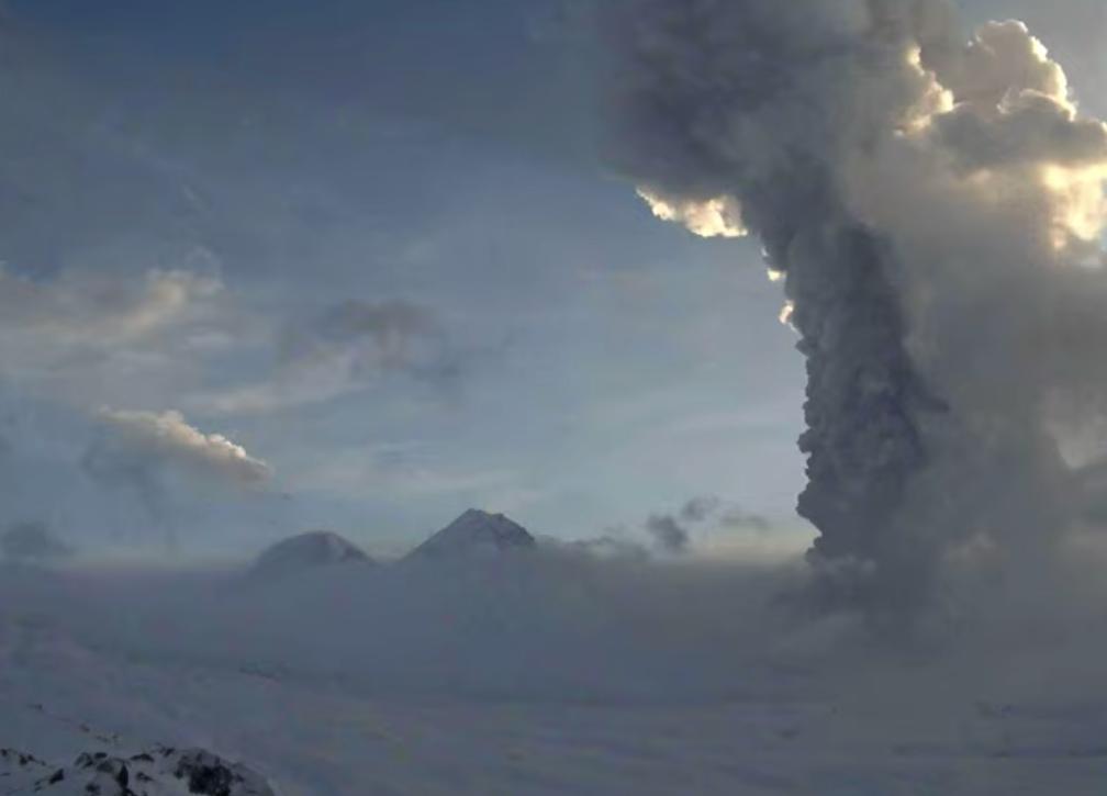 На Камчатке происходит извержение Безымянного вулкана / Скриншот