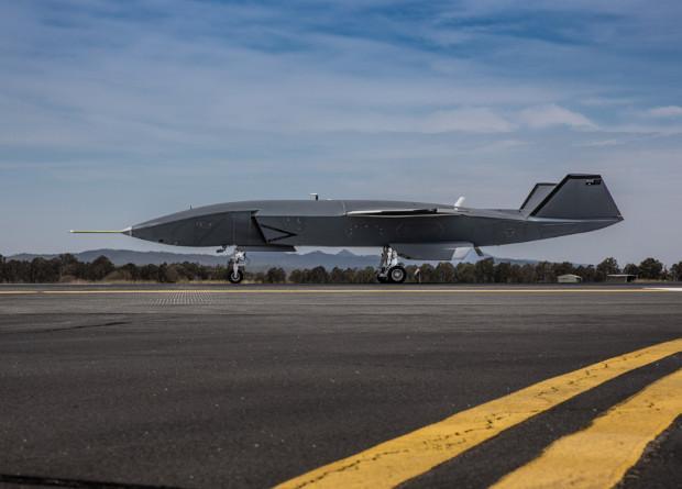Беспилотный ведомый Boeingсовершил первые пробежки по аэродрому / фото Boeing