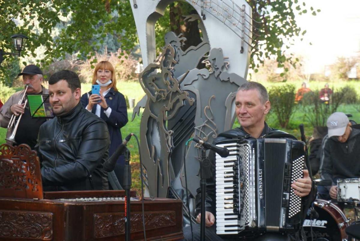 Скульптуру торжественно открыли в микрорайоне Садгора / фото УНИАН