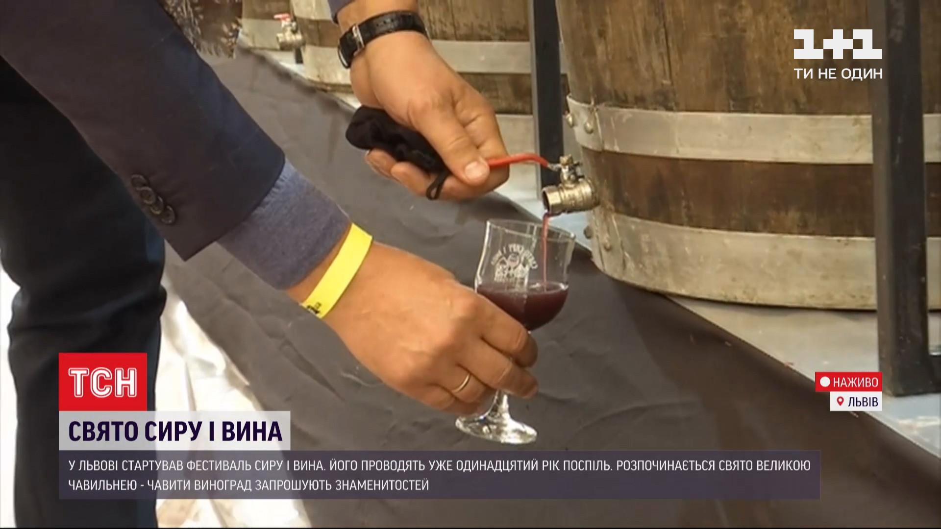 За кілька хвилин учасники почавили майже тонну винограду/ скріншот з відео