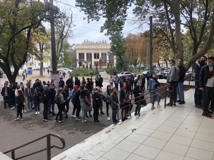 В Одессе люди выстроились в очереди на участках / Думская