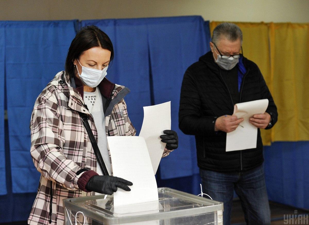 Образцовыйпосетитель избирательного участка должен выглядеть как эта женщина /фото УНИАН