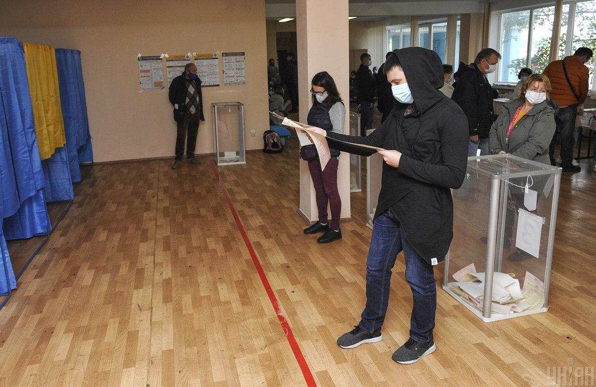 Дистанцию в столице избиратели в основном соблюдают / фото УНИАН