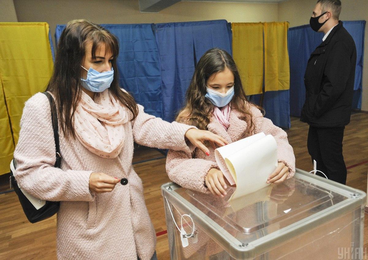 Украинцы активно брали на выборы детей, несмотря на угрозу коронавируса / фото УНИАН