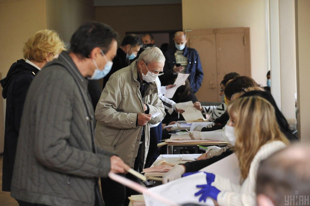 Маски на виборчій дільниці мають бути у всіх і, головне, правильно одягнуті / фото УНІАН