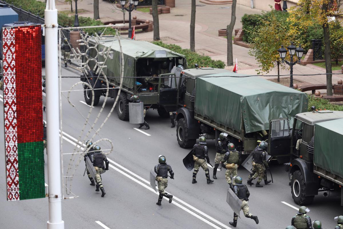 У центр Мінська стягнули силовиків / фото REUTERS