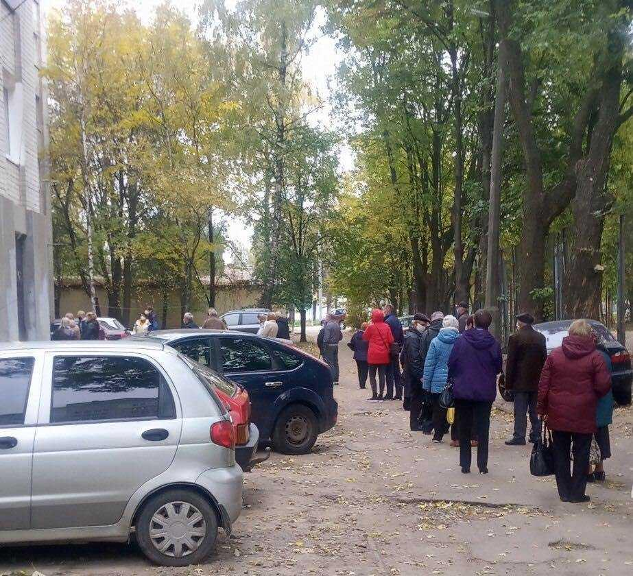 Черга до одної з виборчих дільниць у Чернігові / фото УНІАН, Ірина Синельник