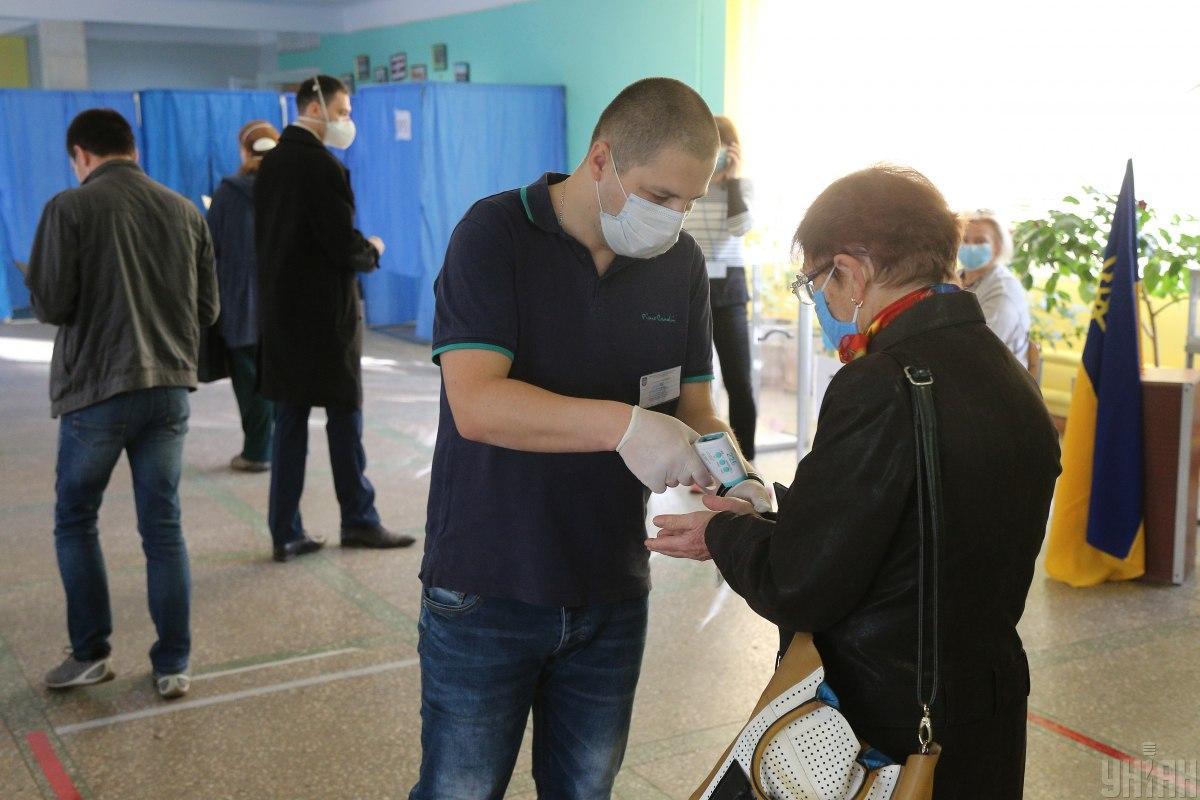 У избирателей на входе должны были проверять температуру тела / фото УНИАН