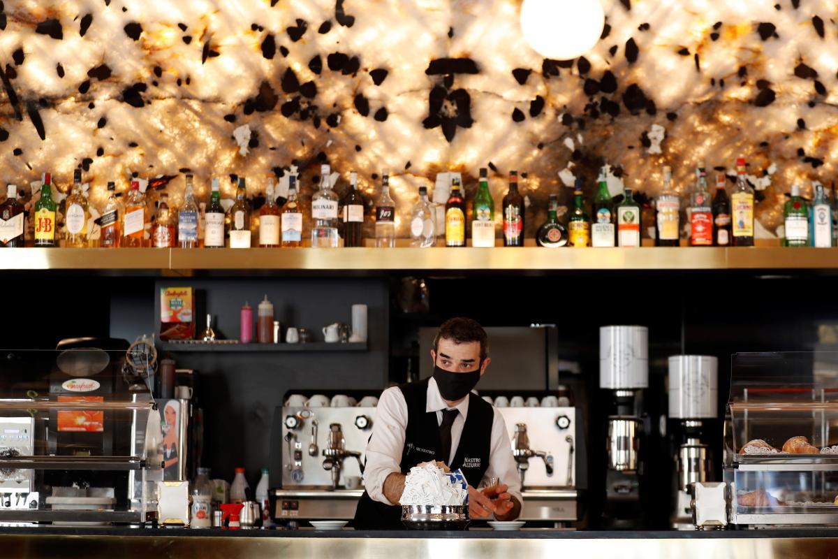 Отныне бары будут работать в Италии только до 18:00 / фото REUTERS