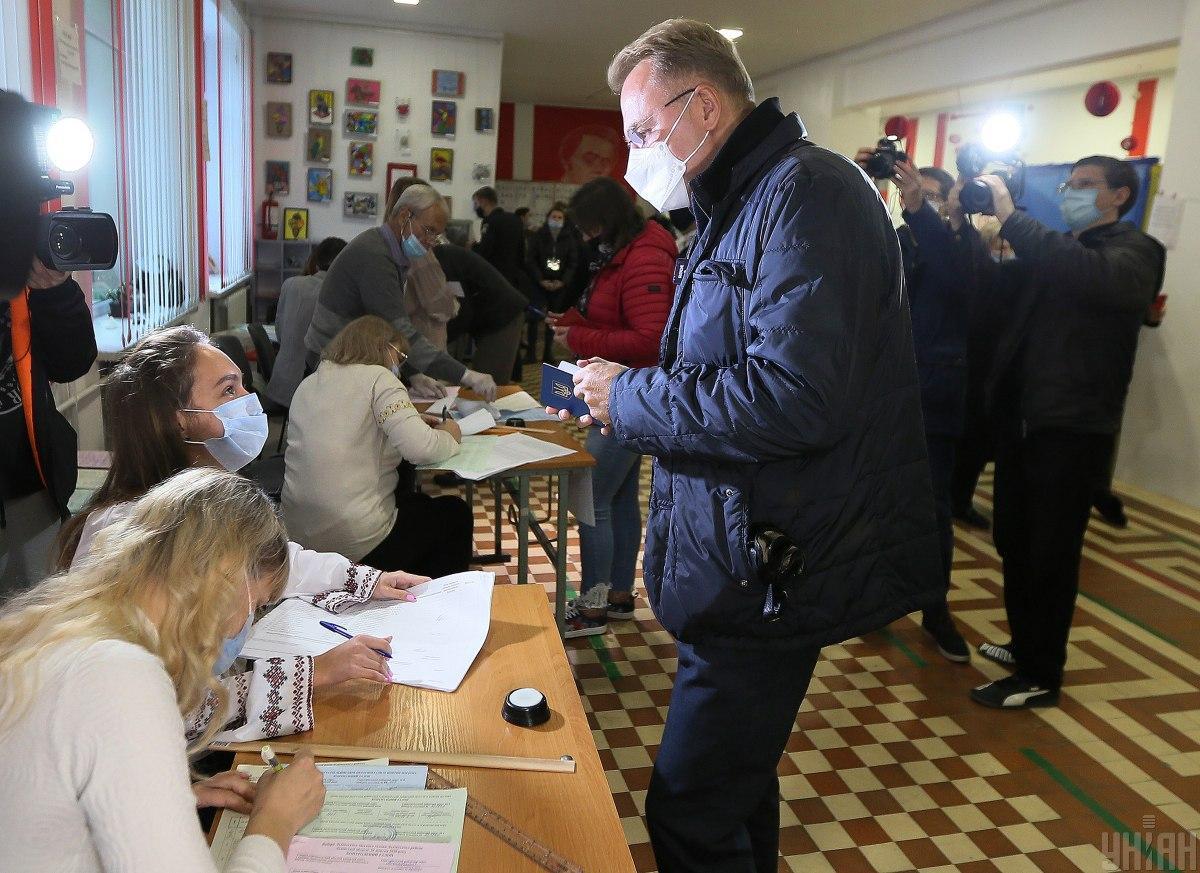Мер Львова зміг проголосувати на виборах лише з другої спроби