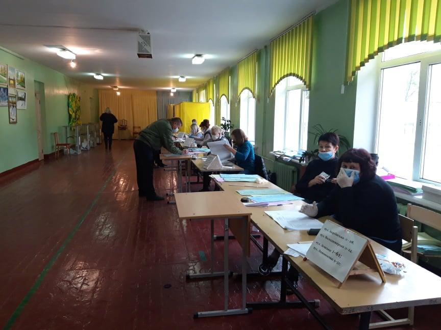 На дільниці у Чернігові стався конфлікт через спостерігачів, які намагалися подивитись бюлетені