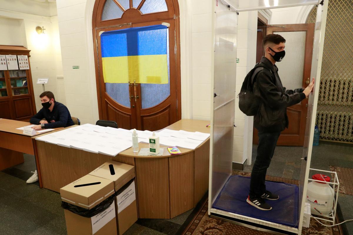 Чоловік вистрибнув у вікно після початку підрахунку голосів / фото REUTERS
