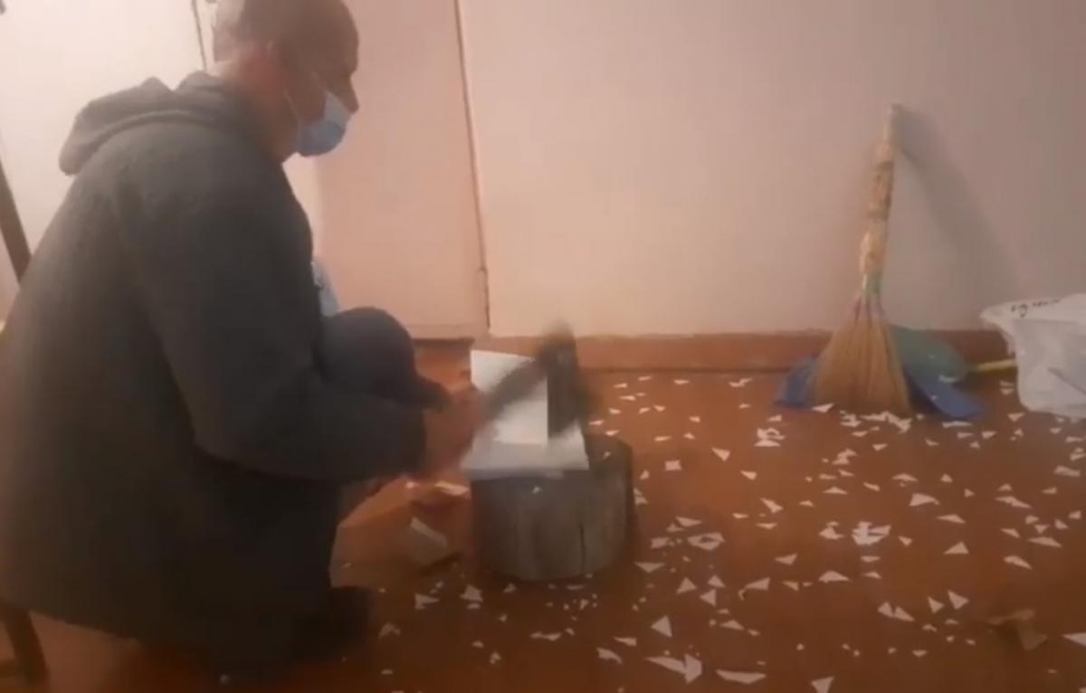 Под Днепром бюллетени разрубили топором / скриншот