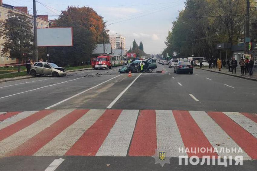 У Хмельницькому водій спровокував потрійну ДТП з постраждалими, залишив автівку та втік