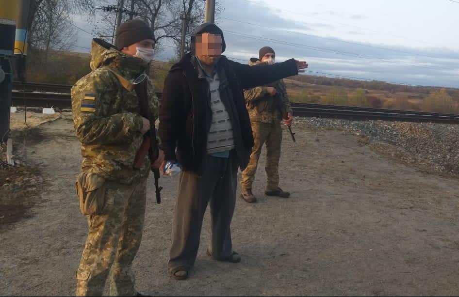 На кордоні з Росією затримали п'яного українця у шльопанцях