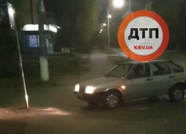 У Києві п'яний водій тричі врізався в дорожній знак, припаркувався й заснув