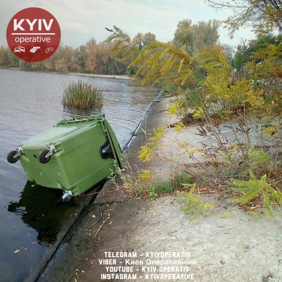 У Києві невідомі кинули контейнери зі сміттям у Дніпро