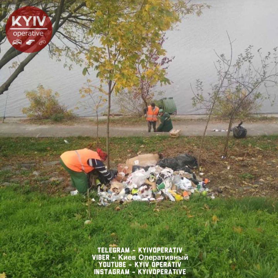 На набережной также рассыпали мусор / Киев Оперативный Facebook