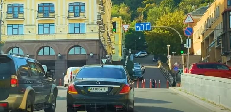 Кортеж Порошенко повернул несмотря на знак / скриншот