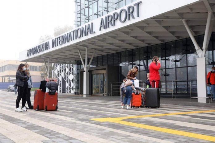 В аэропорту Запорожье вандалы начали ломать новый терминал / фото Запорожский горсовет