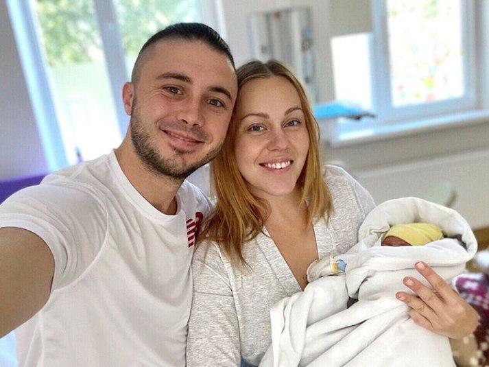 Alyosha с мужем Тарасом и дочкой / фото instagram.com/alyoshasinger
