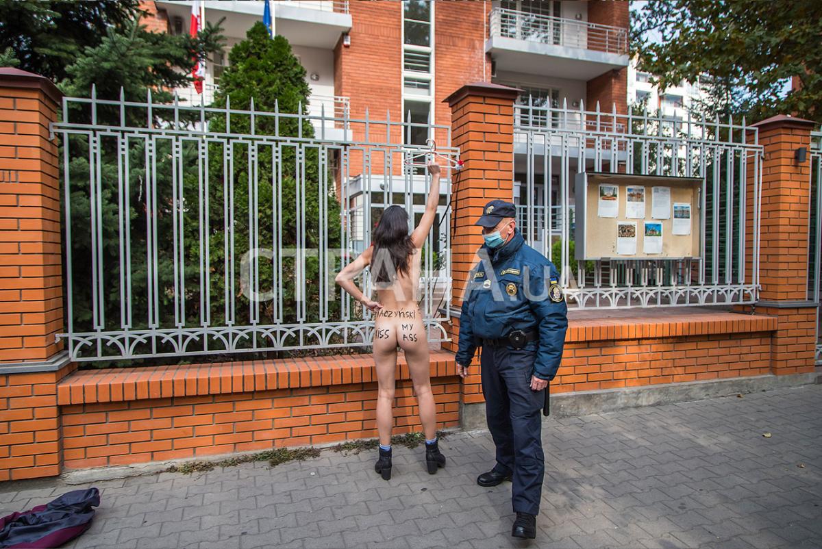 "Активістка роздяглася, вигукуючи:""Сестри, до зброї"" / фото СТРАНА.UA"