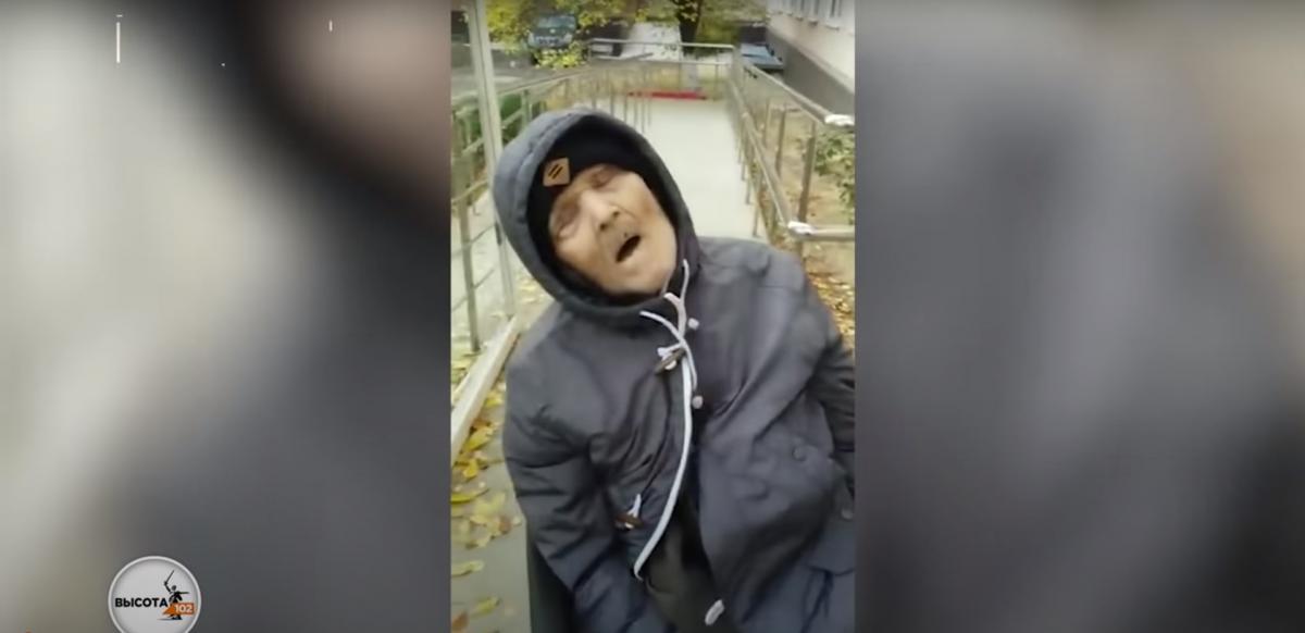 Лікарі посадили чоловіка на каталку і хотіли відправити додому / скріншот з відео
