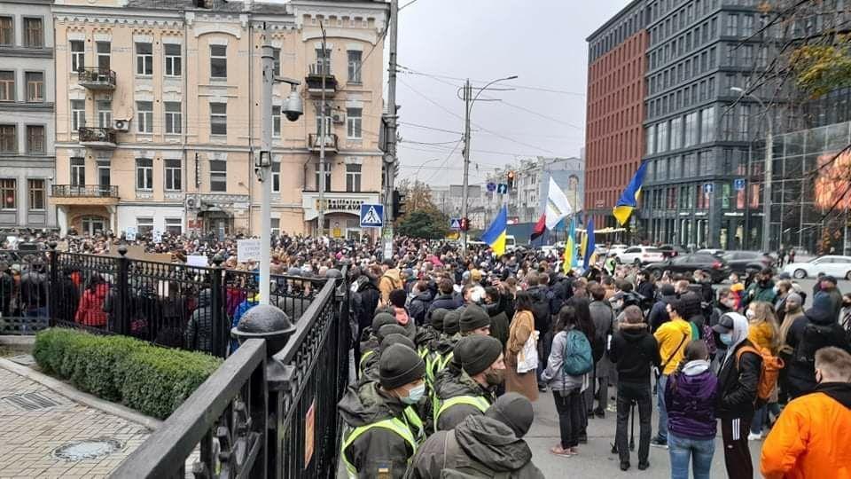 Учасники мітингу біля КСУ намагаються потрапити всередину будівлі суду / фото УНІАН, Дмитро Хилюк