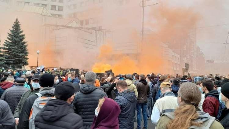 Участники митинга под КСУ начали штурмовать здание суда / фото УНИАН, Дмитрий Хилюк