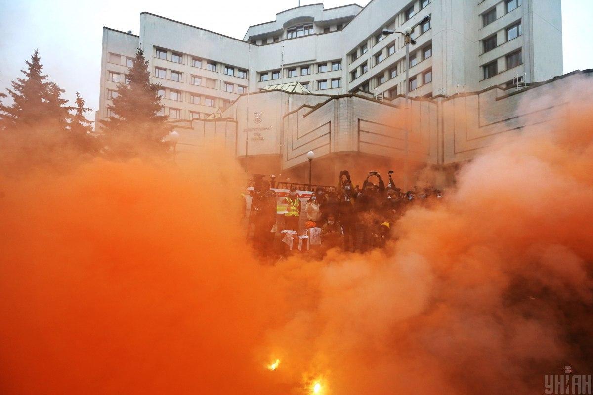 Под КСУ продолжается митинг / фото УНИАН (Вячеслав Ратинский)