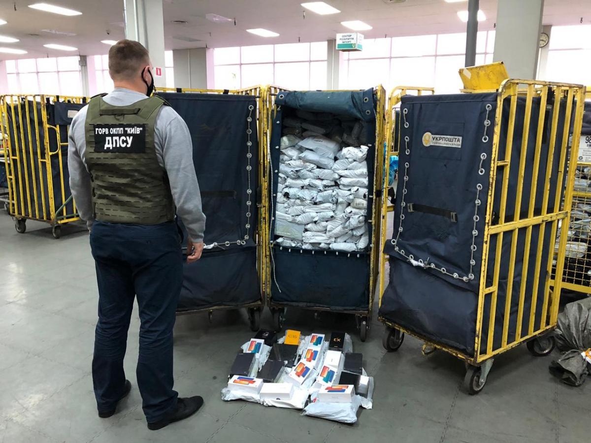В Борисполе перехватили посылки с 700 телефонами и планшетами / фото dpsu.gov.ua