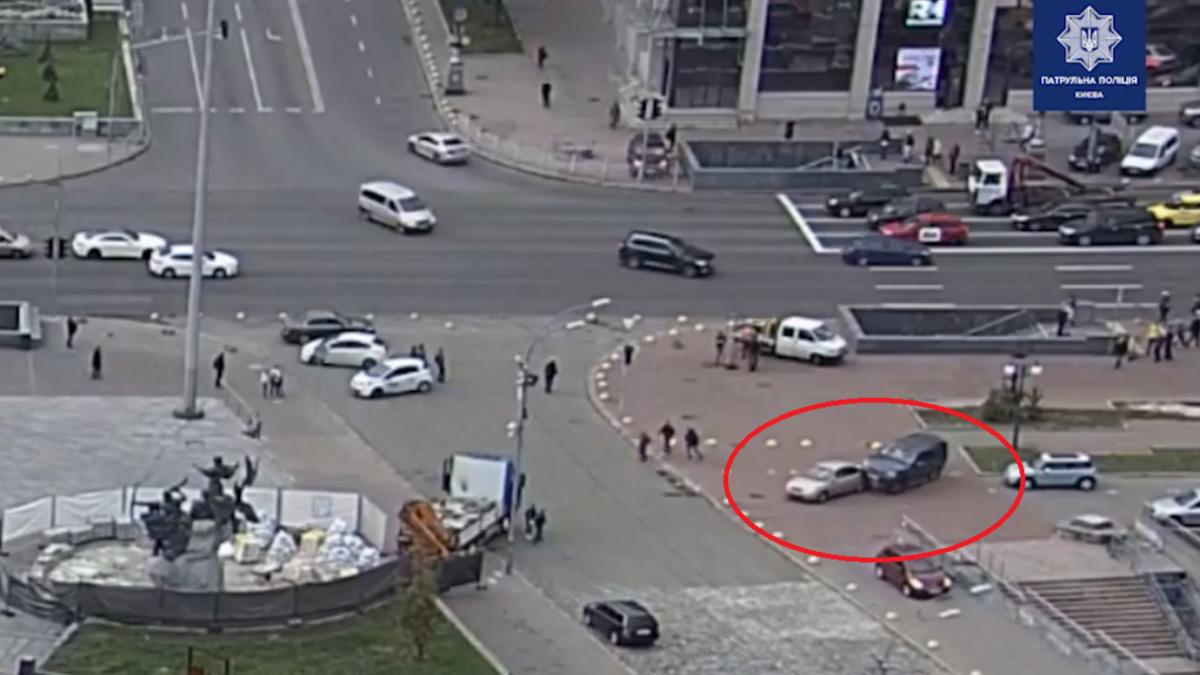 Відео з початком моторошного ДТП на центрі Києва / скріншот