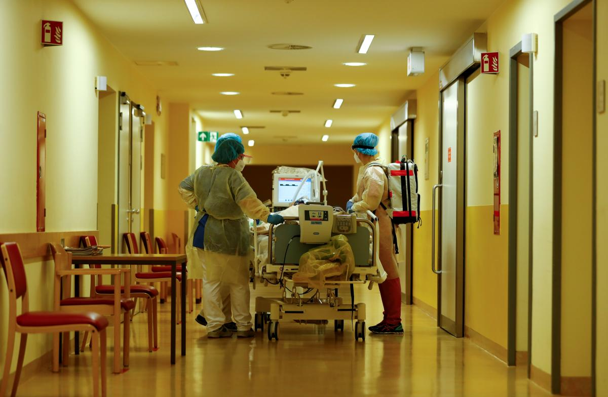В Україні від коронавірусу померли 378 медиків / фото REUTERS