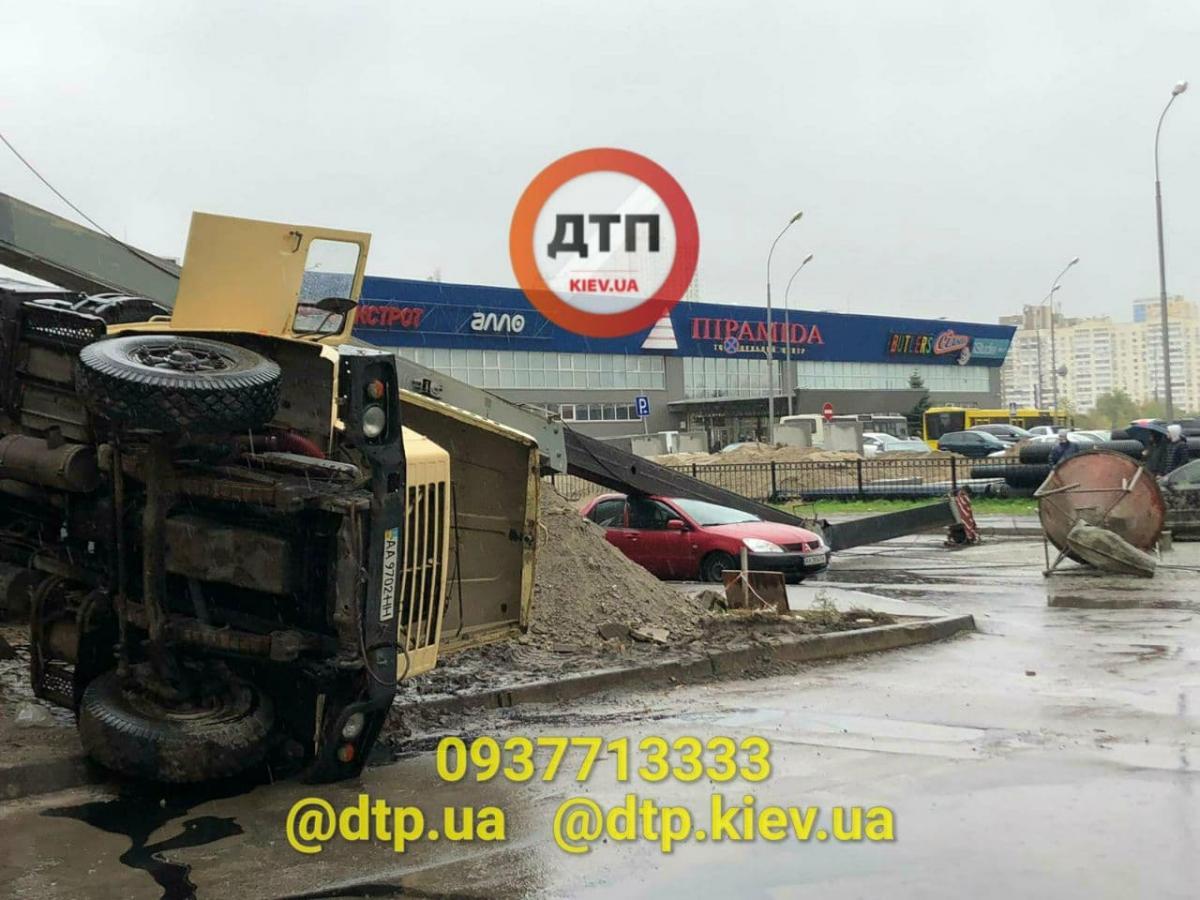 У Києві будівельний кран впав на проїжджу частину, накривши автомобіль / фото t.me/dtpkievua